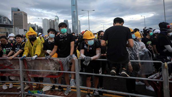 香港主權移交22週年 港人阻升旗典禮(視頻)