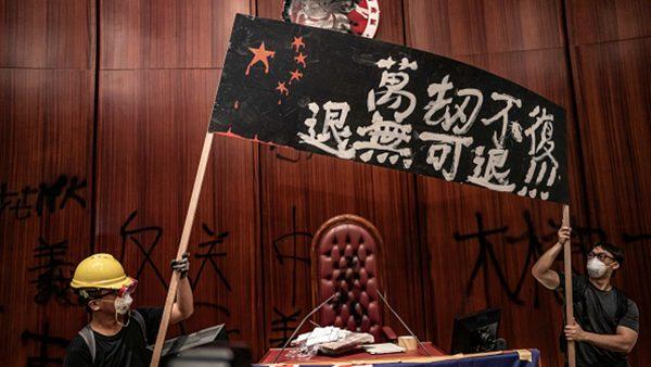 为何冲击香港立法会?现场记者描述内情