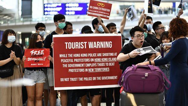 """香港机场反送中""""和你飞"""" 旅客受到不寻常""""礼遇"""""""