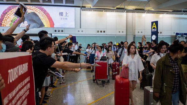 组图1:香港机场万人反送中 向外国旅客讲真相