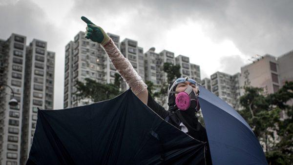 李小龙再现?示威者飞脚踢翻港警救出同伴(视频)