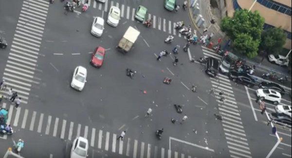 吵架?癫痫?常州奔驰车撞翻半条街3死10伤(视频)