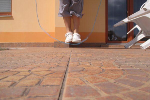 杭州12岁男童日跳绳千下不长高 其父痛悔
