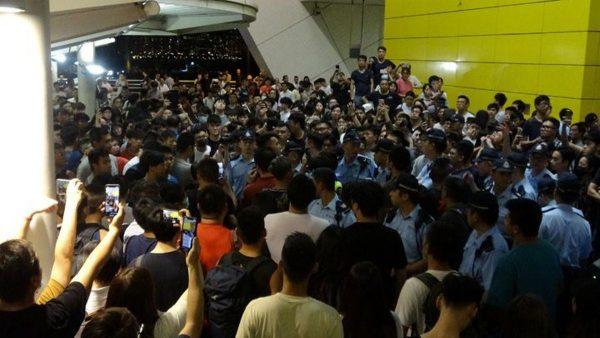 香港連儂牆新衝突 數百人對峙 兩退休警打人被拘