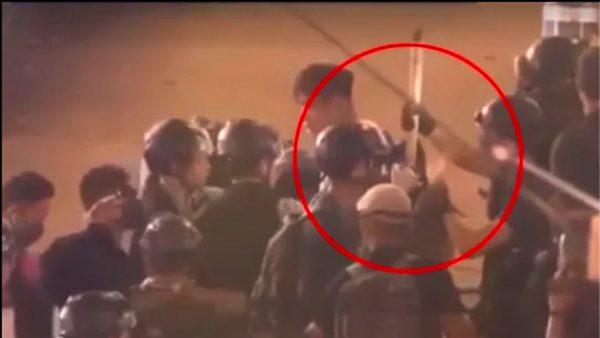 港警嫁祸被抓现行 偷插竹棍入示威者背包