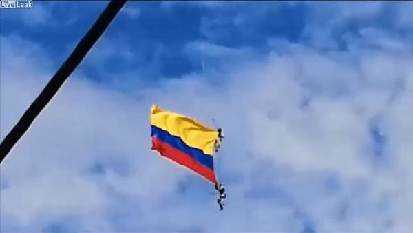 哥伦比亚直升机秀 2士兵挂高空绳断坠地亡