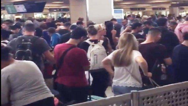 美国海关电脑大当机 旅客大排长龙