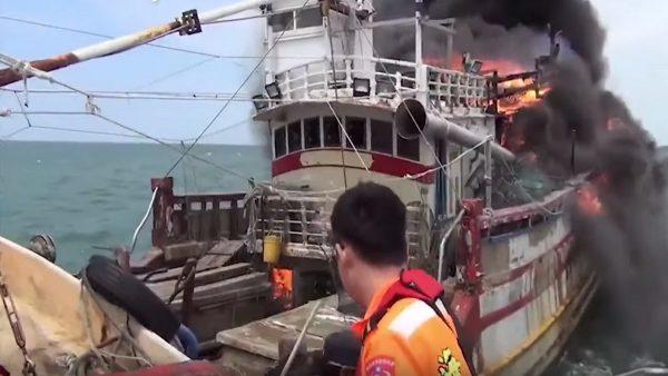 新竹南寮渔港打卡外海 渔船起火4人获救