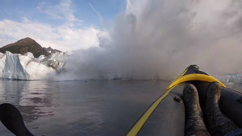 直击冰川坍塌 巨大波浪溅起瞬间险灭顶