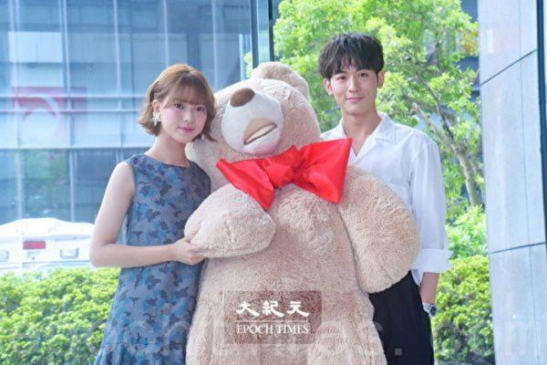 首度搭檔小8歲項婕如 吳思賢送熊玩偶