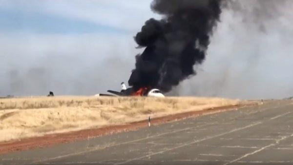 千钧一发 小飞机北加州滑出跑道起火 机上人员速撤