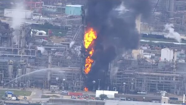 德州煉油廠爆炸 如火柱般起火 已知66人受傷