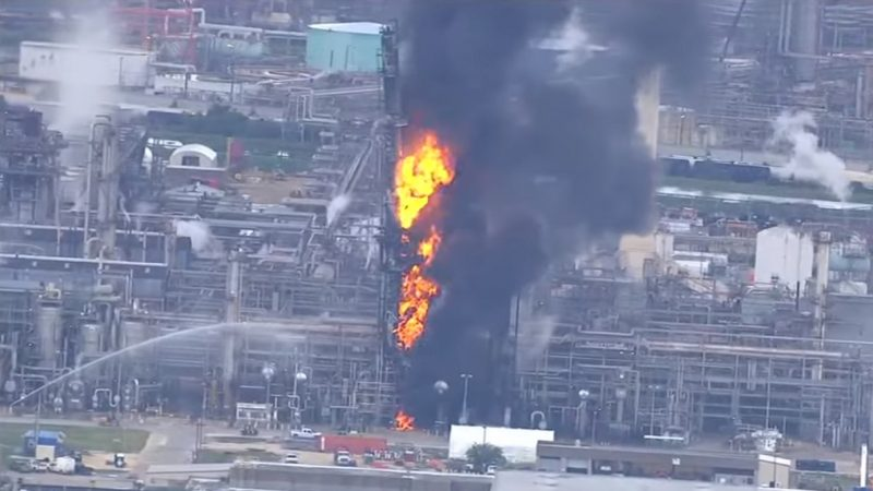 德州炼油厂爆炸 如火柱般起火 已知66人受伤