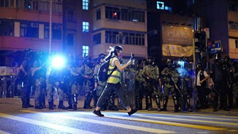 新唐人记者直播反送中 疑遭亲共分子袭击