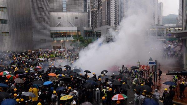 """港警开枪镇压升级 北京""""出兵死线""""凶险难料"""