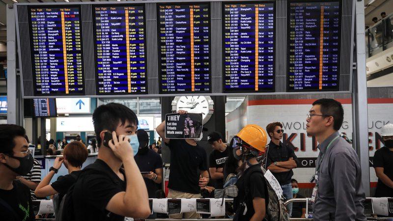 【直播回放】香港机场13日8时前 全数航班取消