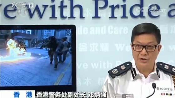 """央视谎报汽油弹烧伤港警 """"猪队友""""胡锡进拆穿?(视频)"""