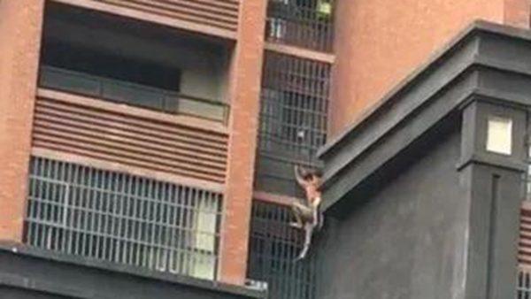 樓房起火 湖南老人背孫從8樓爬牆逃生(視頻)