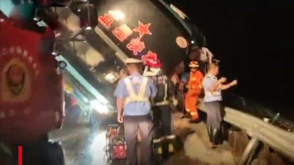 广东长途巴士侧翻 酿至少7死11伤