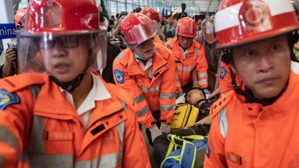 香港機場疑兩大陸公安作祟 被示威者阻攔
