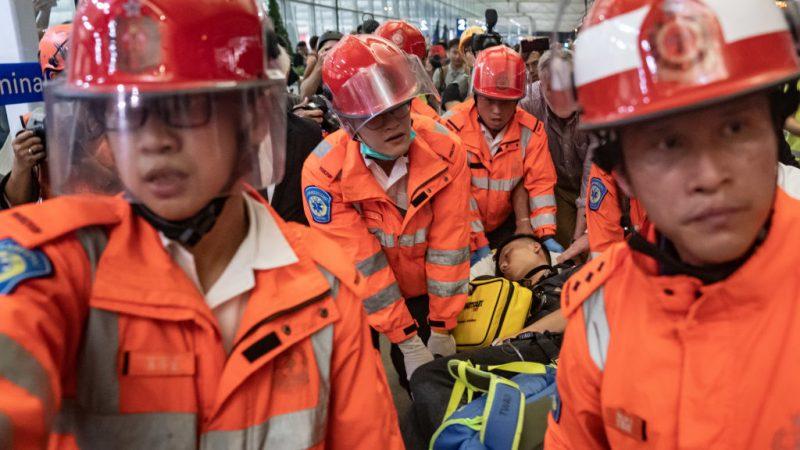 香港机场疑两大陆公安作祟 被示威者阻拦