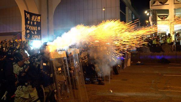 港警打伤民众引众怒 美议员呼吁停售催泪弹