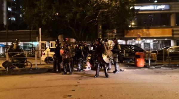 港警抓女示威者掀裙扯裤 民众怒围警署谴责性暴力