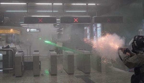 港警失控冲入地铁站射弹 舆论震惊怒斥用心险恶