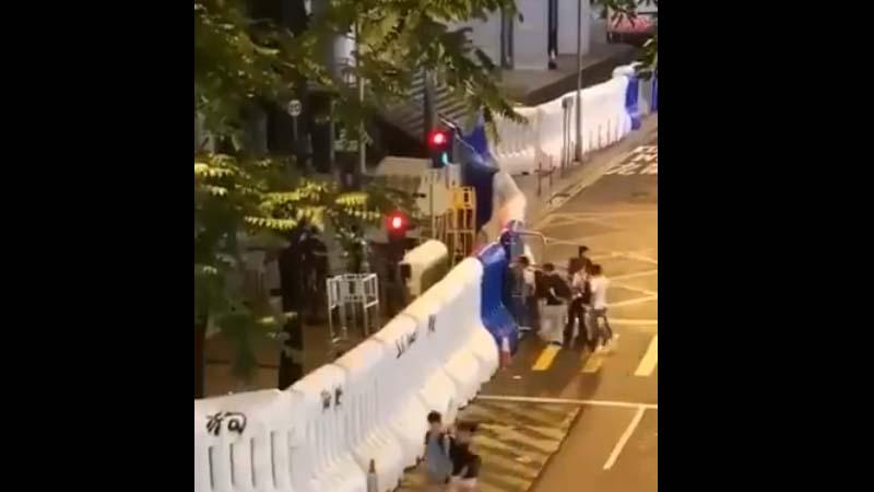 港警冒充示威者铁证:实拍黑衣人午夜返回警总