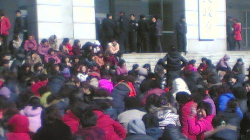 300多人政府門前下跪也影響不了黑社會