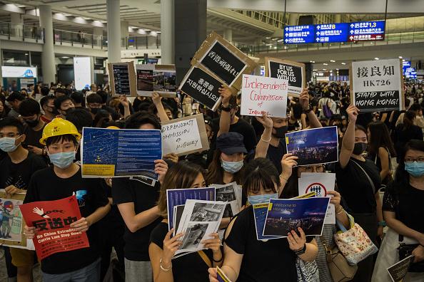 """港人连3天""""万人接机""""集会 香港机场同步实施管制"""