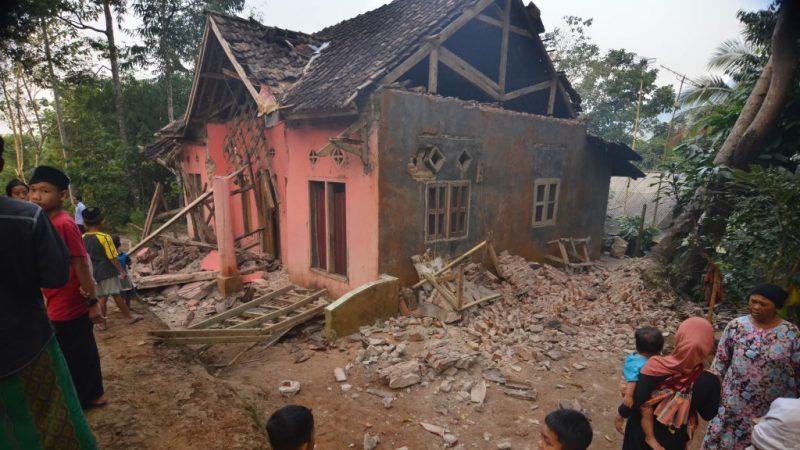 印尼外海6.9強震 民眾逃難釀4死 200多棟屋受損