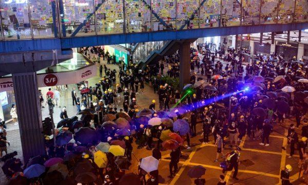 香港浸大学生买观星笔被捕 千人围警署怒斥白色恐怖