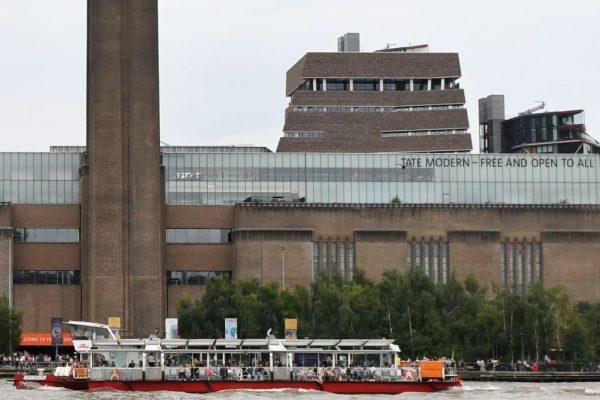 眾目睽睽 倫敦少年將6歲童從10樓「拋下」