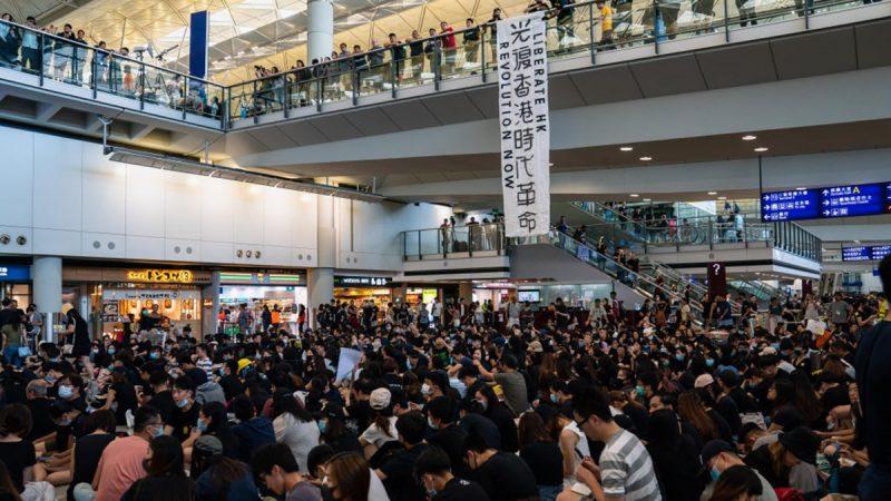 【更新】反送中8.9機場集會 示威者靜坐抗議
