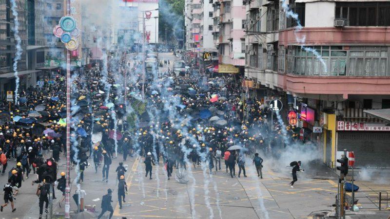 【更新】示威者轉葵涌 警地鐵站內施催淚彈