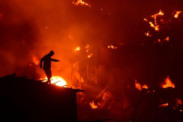 孟加拉首都贫民窟大火 1.5万住宅付之一炬