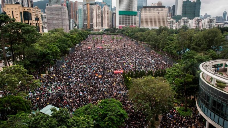 《石濤聚焦》港警便衣黑衫混跡抗議者 午夜集體返回總部 8.18 歷史壯舉 含四大因由