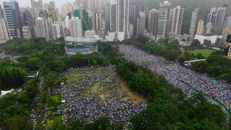"""香港8·18维园170万人集会 秩序井然再现""""摩西分海"""""""