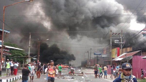 抗议学生被捕 印尼巴布亚示威者各处纵火