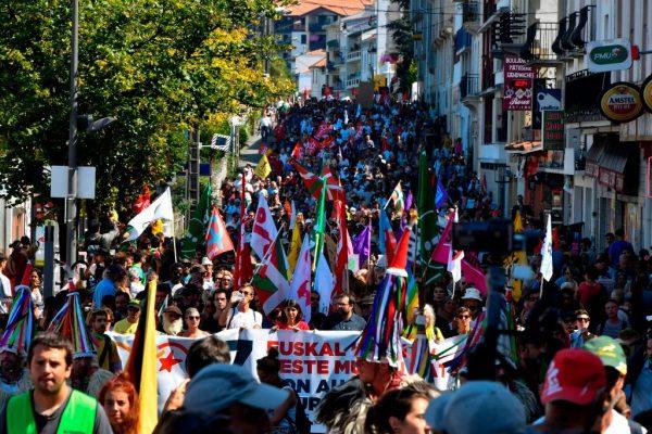 抗议群众企图闯G7峰会 法警水炮催泪弹驱离