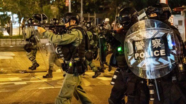 港警狙击手街角偷袭示威者 可疑蓝衣人偷掷燃烧弹