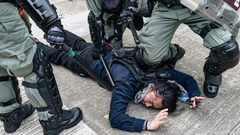 港警观塘再施暴射伤示威者左眼 被记者逼退