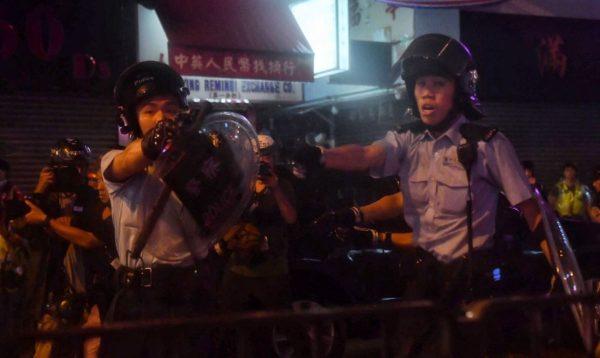 荃湾游行爆激烈冲突 港警首度承认开枪
