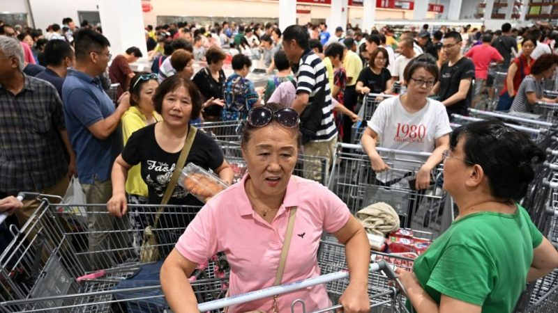 上海Costco开业挤爆暂停业 中国大妈仍硬闯