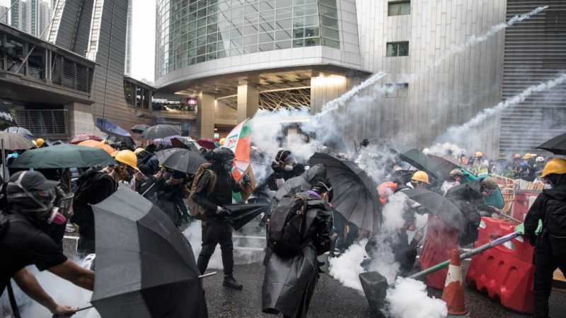 香港局勢再升級 港警首用水炮車攻擊示威者(視頻)