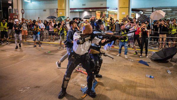 曾持长枪瞄准示威民众 港光头警长成中共嘉宾