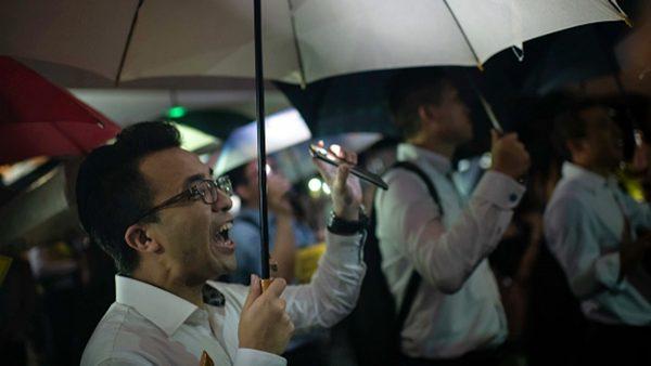 香港金融界冒雨集会 高喊:港人加油、黑警可耻