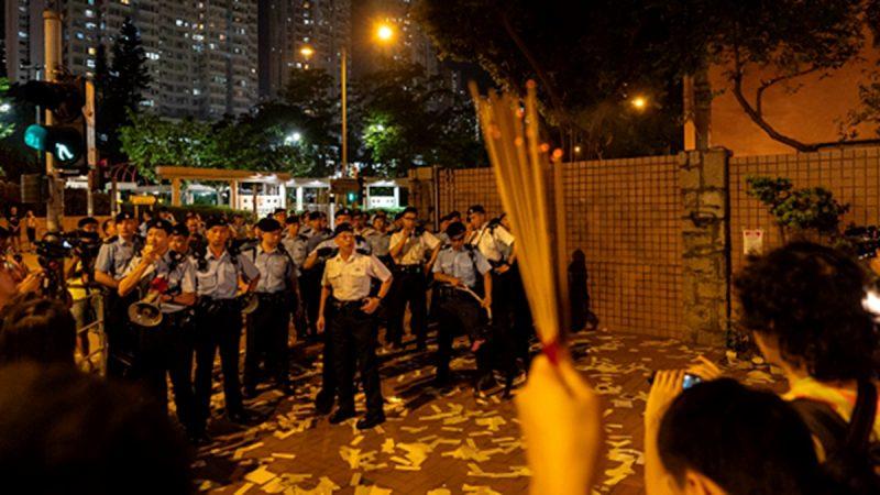 组图:香港民众烧纸驱魔 警察恐慌带走多人