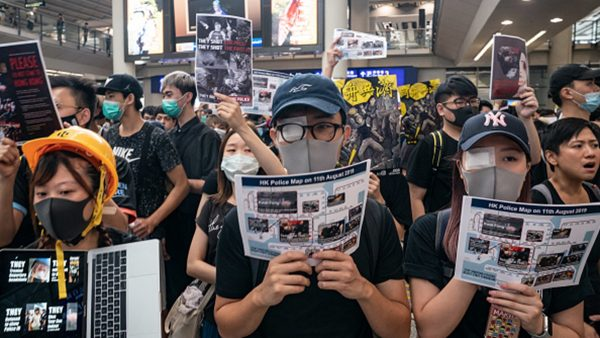 """组图:港警打瞎少女右眼  万人机场抗议要""""黑警还眼"""""""